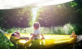 Дрібниця, а неприємно: як уберегти себе і дитину від укусів комах